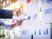 hombre-de-negocios-haciendo-presentacion-con-sus-colegas-y-estrategia-de-negocio-efecto-de-capa-digital-en-la-oficina-como-concepto_1423-123